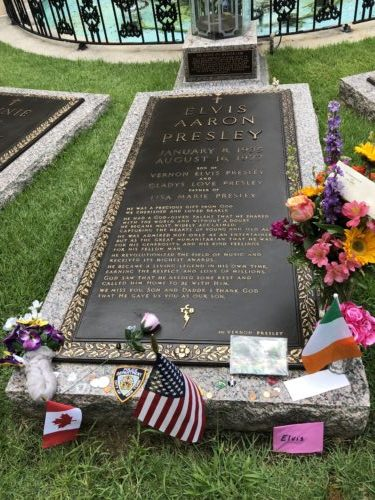 Touring Graceland Elvis's Grave pebblepirouette.com #graceland #memphis #tennessee #elvispresley #tennessee